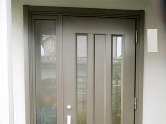 エクステリアリフォーム 存在感を出しながら家全体の印象にあわせた玄関ドア